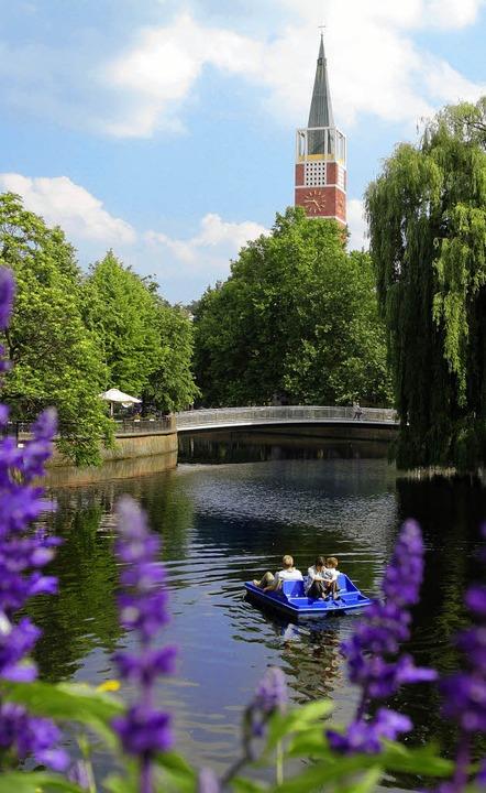 Das andere Pforzheim: mit dem Tretboot...er der Enz, die Stadtkirche im Blick.     Foto: WSP/Günther Meyer, Verena Pichler