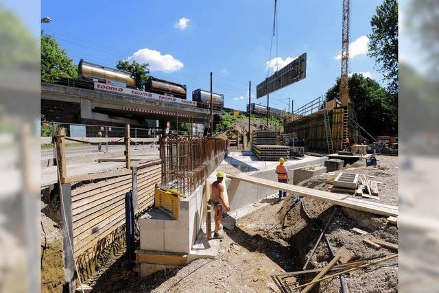 Stahlträger bringen die Schienen auf richtige Gleis