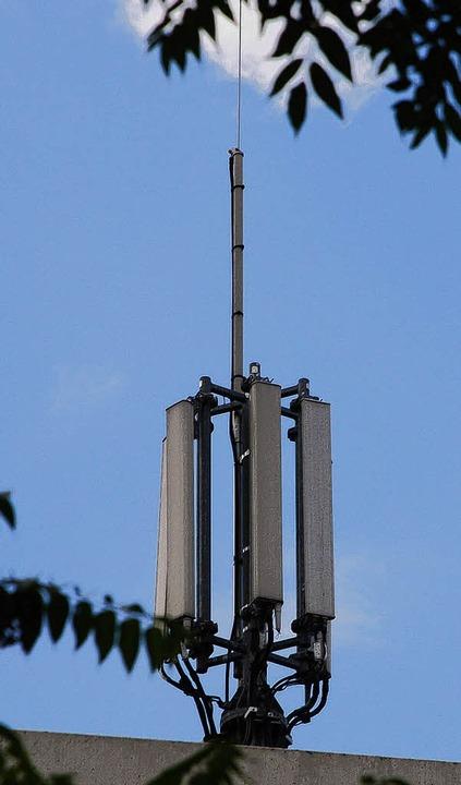 Der Stein des Anstoßes: Mobilfunkanlage neben dem Schillergymnasium.     Foto: Gertrude Siefke