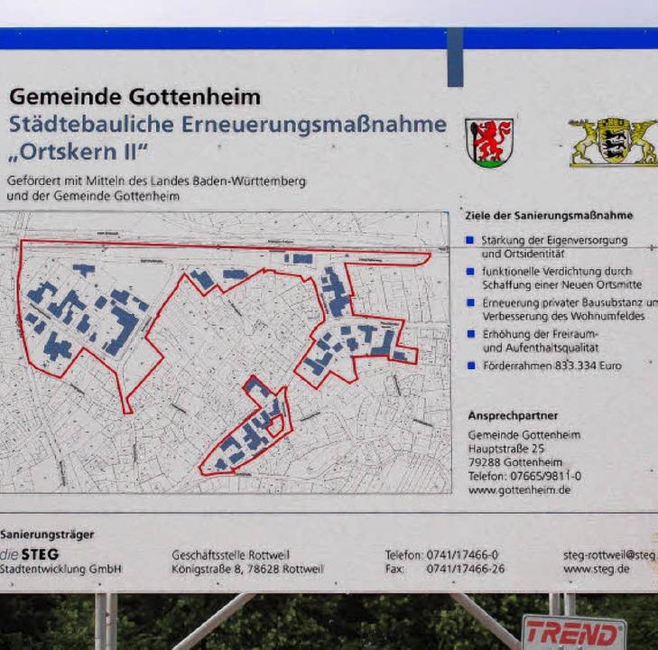 Eine Infotafel beim Bahnhof zeigt das Gottenheimer Sanierungsgebiet.   | Foto: mario schöneberg