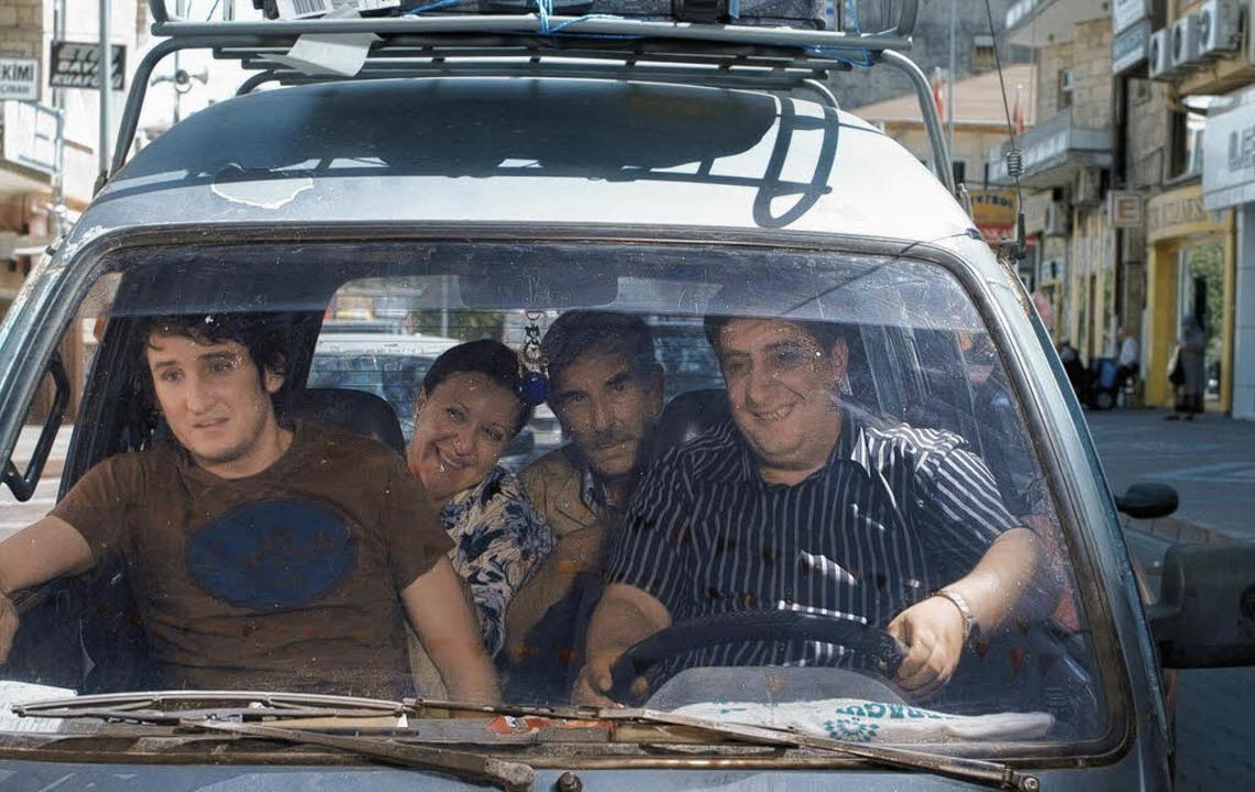 Fragwürdiges Glück: René Vaziri, Sumru... Bengier,  Kida Khodr Ramadan (v. l.)   | Foto: real fiction