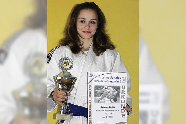 Rebecca Richter holt den Pokal