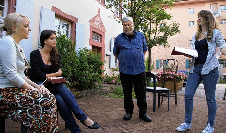 Probenarbeit im KKW-Hof mit der Regied... und Regieassistent Wilfried Holzmann.    Foto: Decoux-Kone