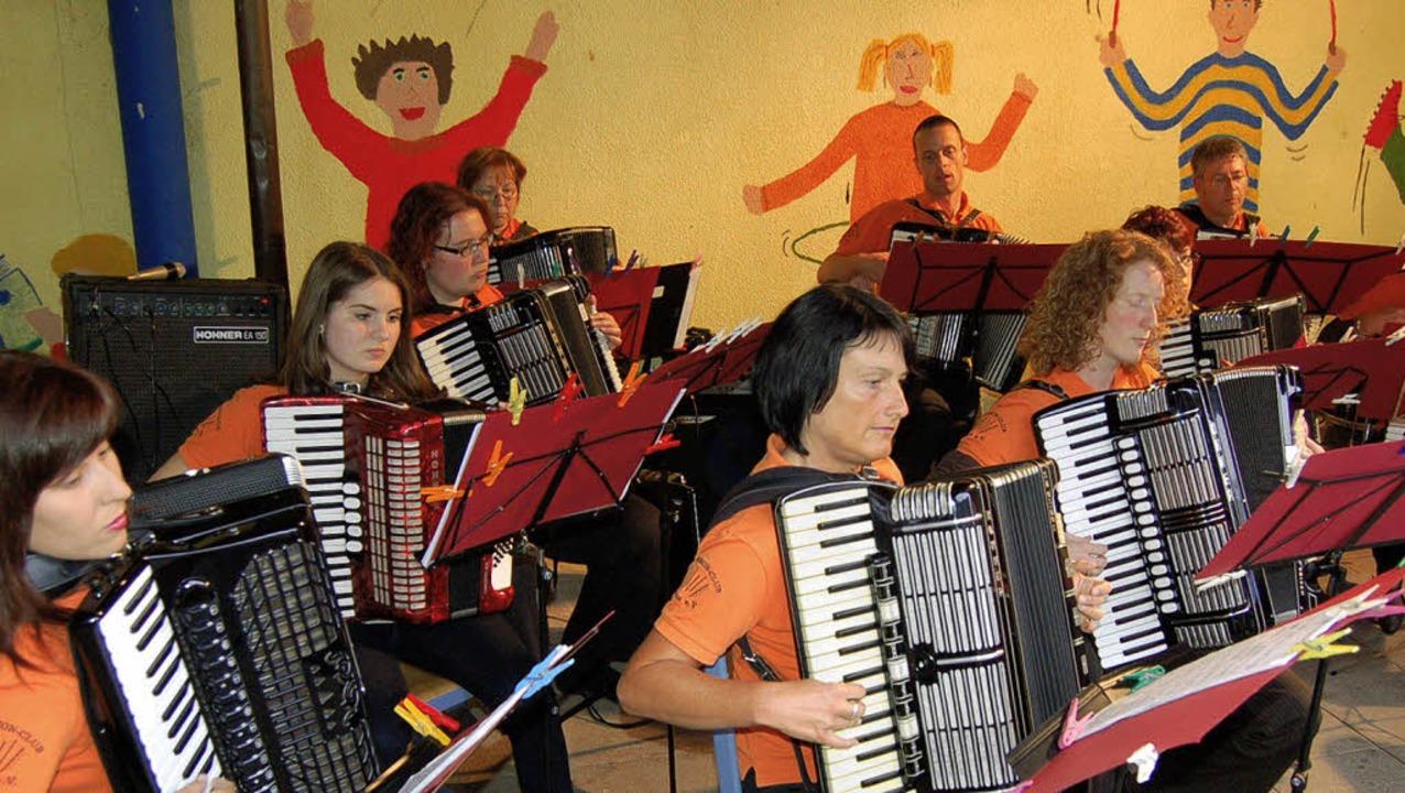 In der Pausenhalle zeigten die Musiker...seitig und mitreißend ihre Musik ist.   | Foto: Christian Ringwald