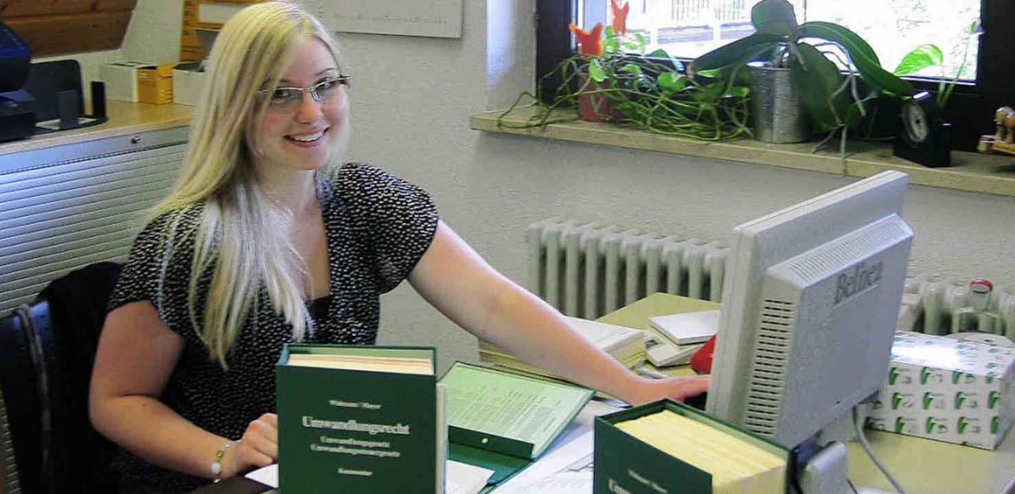 <BU>Fleißig arbeitet Lena Zimmermann b...tikum als Steuerfachangestellte. </BU>    Foto: Katharina Droste/Jill Walter