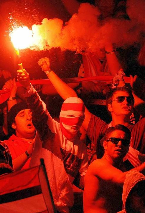 Fortuna-Fans brennen Bengalos im Stadion ab.  | Foto: dpa