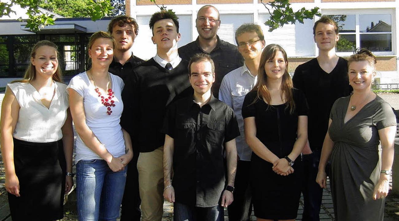 Die Absolventen des Abendgymnasiums mi...leiterin Bettina Schindler (rechts).      Foto: Privat