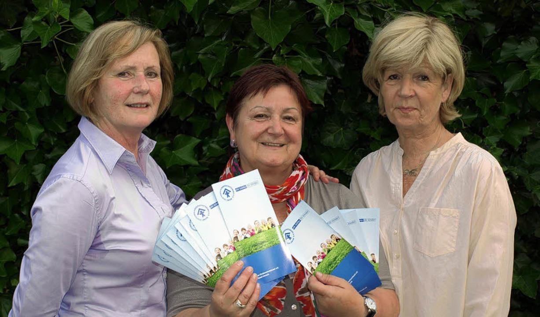 Die beiden Vorsitzenden Christine Böck...Renate Waßmer (Mitte) erarbeitet hat.   | Foto: Paul Schleer