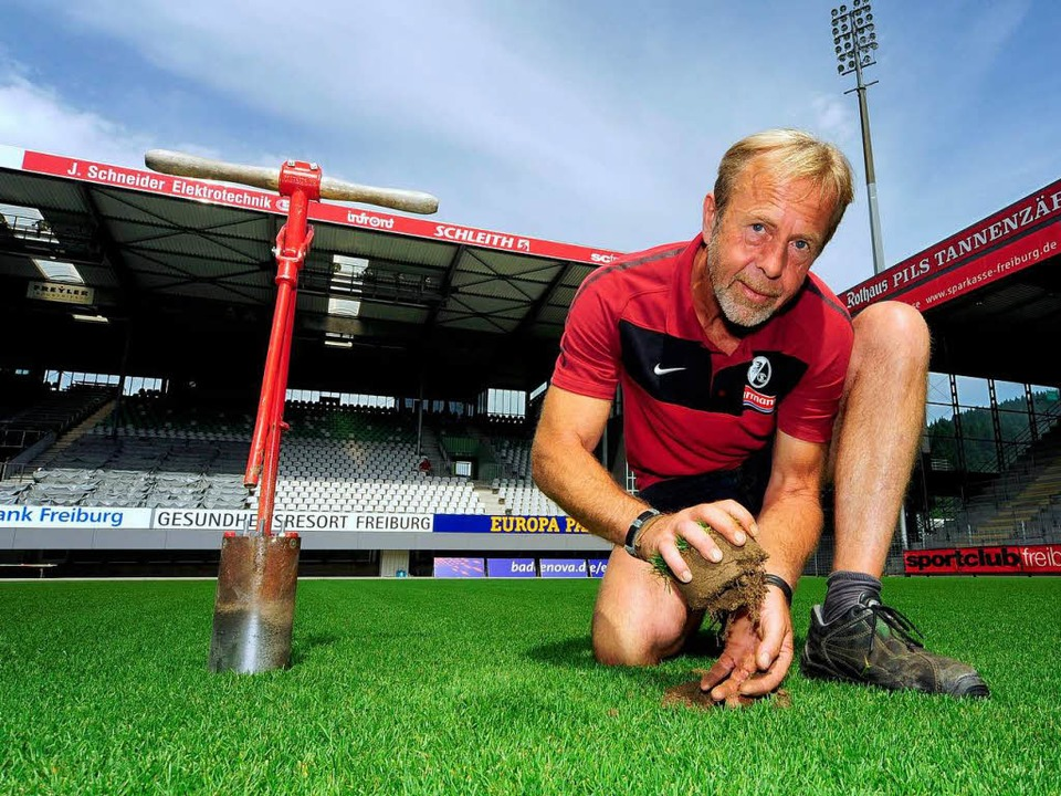 Rasenflüsterer Alfred Melcher sorgt be...ür sattes Grün im Mage-Solar-Stadion.   | Foto: Thomas Kunz