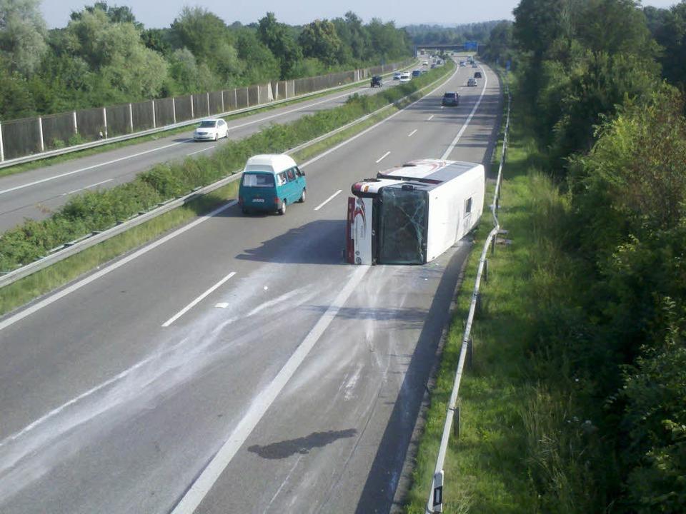 Ein umgekippter Reisebus musste am Samstagmorgen langwierig geborgen werden.  | Foto: Polizei