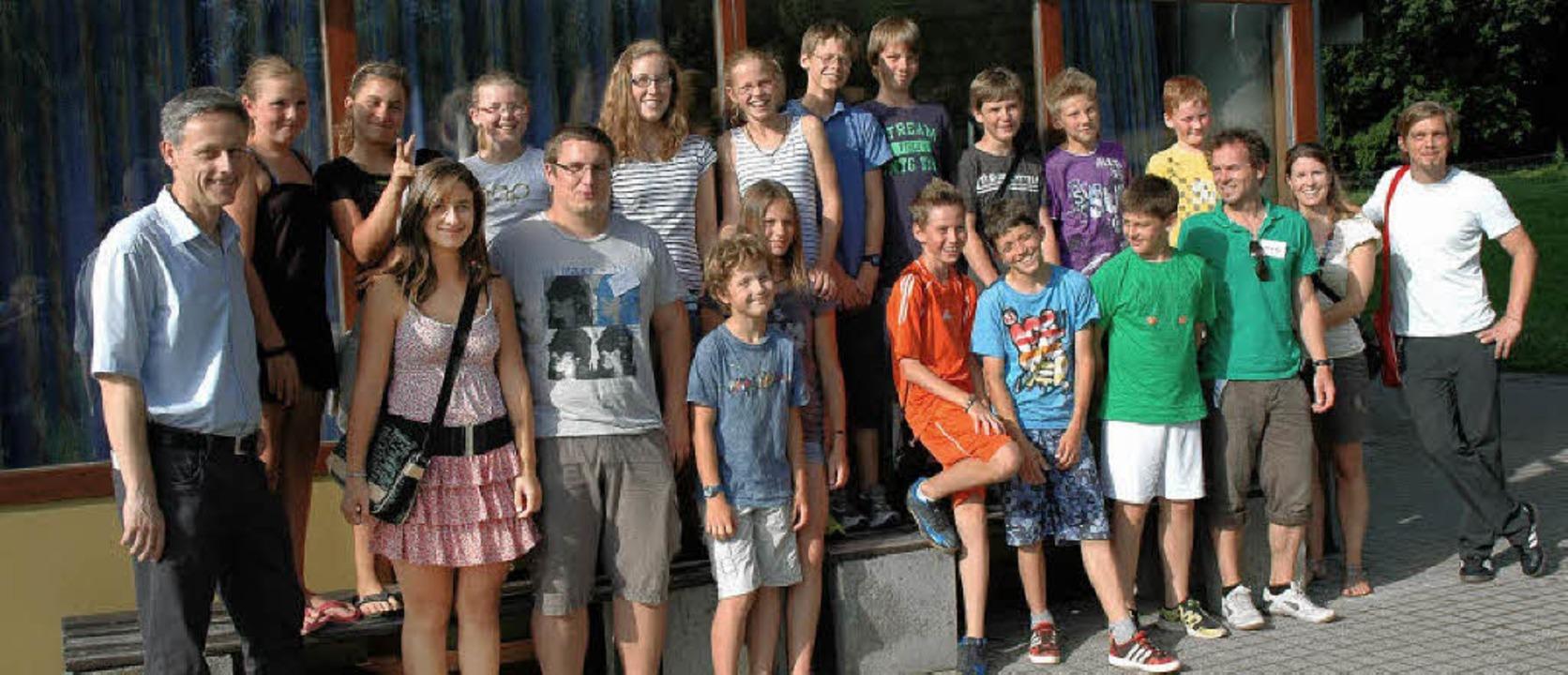 Bürgermeister Michael Wilke (links) em...ie Jugendlichen in der Jugendherberge.  | Foto: Britta Wieschenkämper