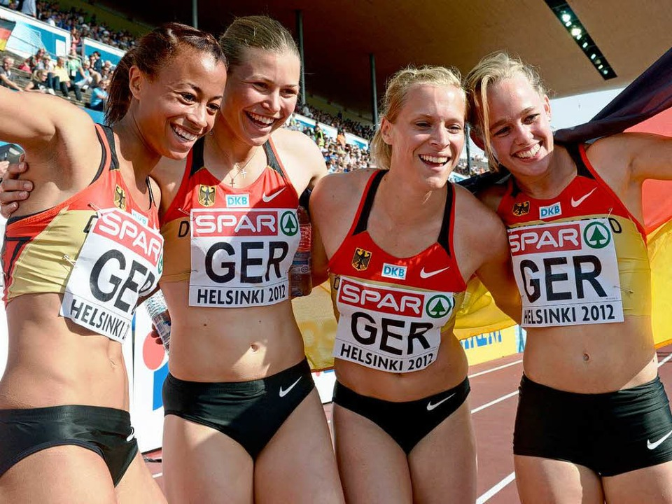 Tatjana Pinto, Anne Cibis, Verena Sailer und Leena Guenther feiern ihren Sieg.  | Foto: dpa