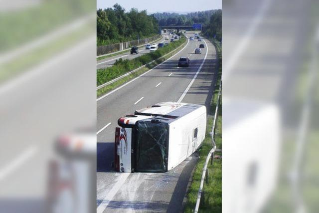Reisebus kippt auf der A5 um