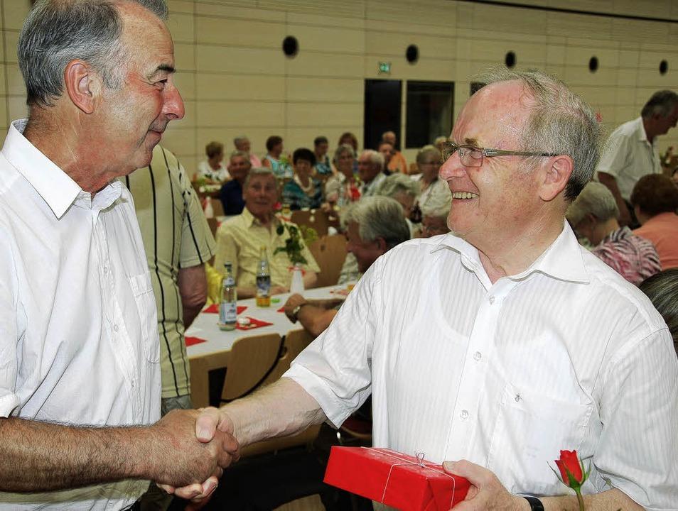 Mit einem Präsent bedankt sich  Gernot...ment für die Seniorinnen und Senioren.  | Foto: Lins