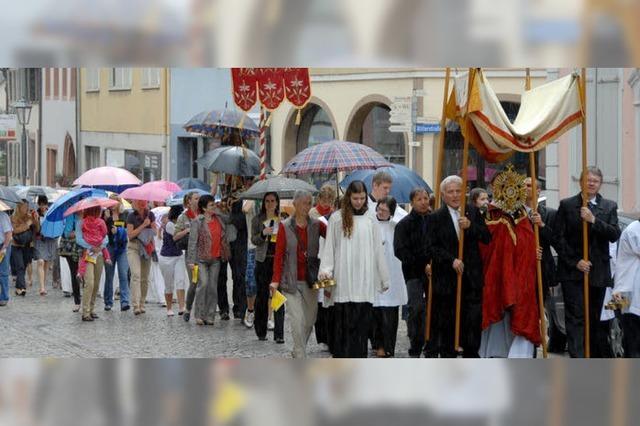 Endinger Pfarrgemeinde feiert Prozession im Regen