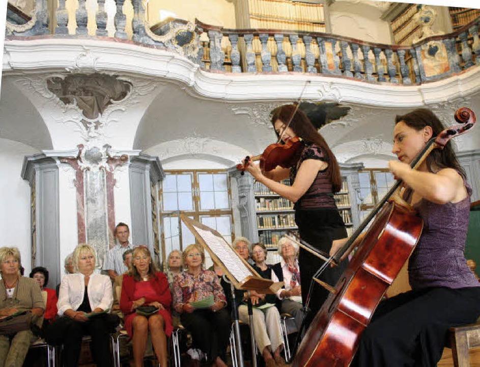 Myrta Bauer, Violine, und Lusine Arake...en in der Klosterbibliothek St. Peter.  | Foto: Hans Jürgen Kugler