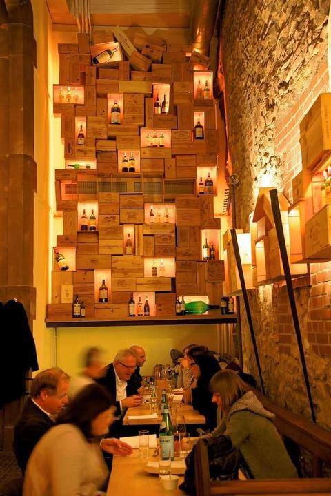 Der Blickfang des Lokals ist das Weinregel an der Stirnseite der Osteria.   | Foto: Privat