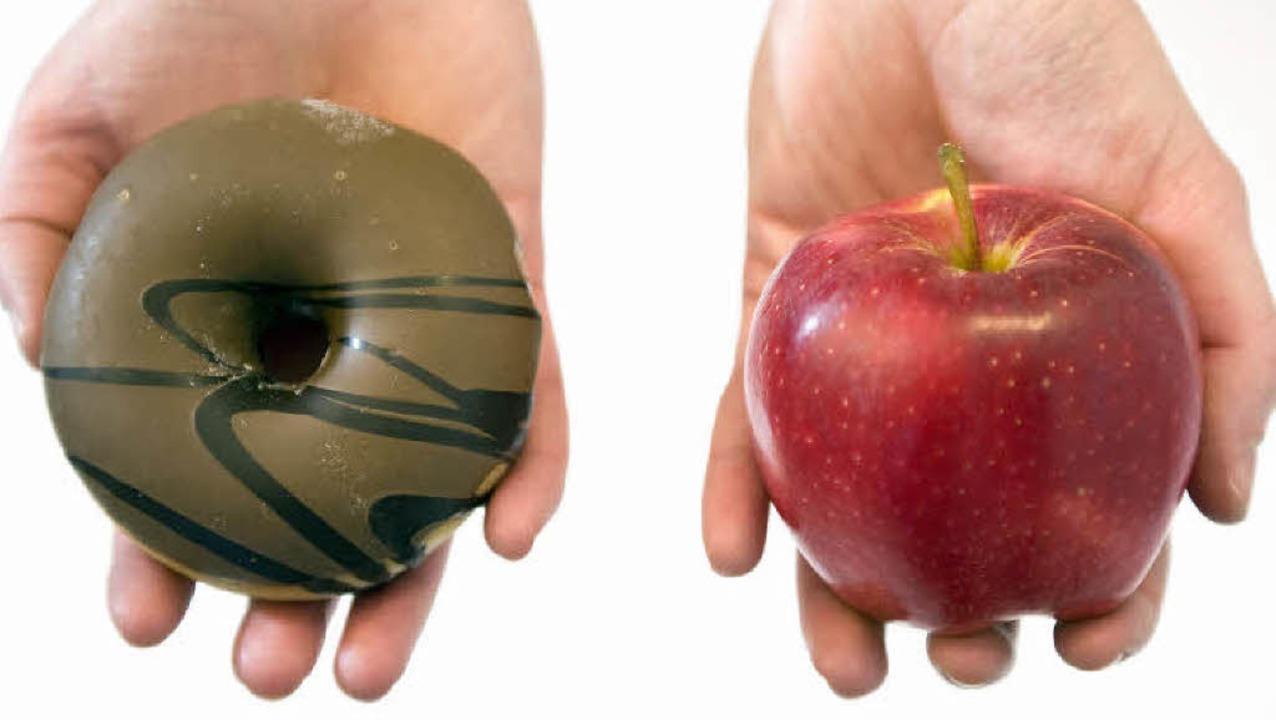 Donut oder Apfel? Wer dauerhaft abnehm...ewegung in seinen Alltag integrieren.   | Foto: dpa