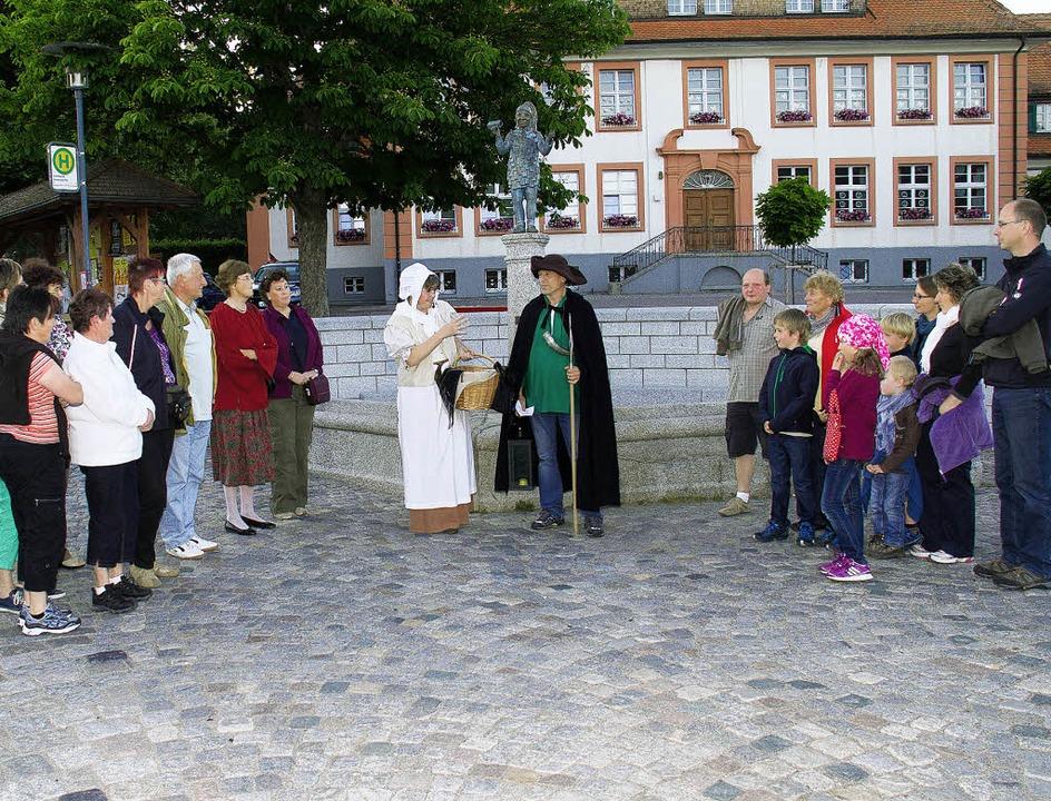 Die erste Nachtwächter-Tour durch die Gassen von Grafenhausen.   | Foto: Chris Seifreid
