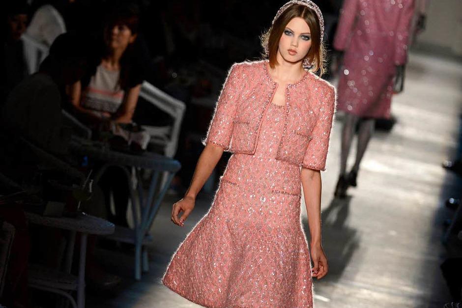 Roséfarbenes Kostüm von Karl Lagerfeld für Chanel (Foto: AFP)