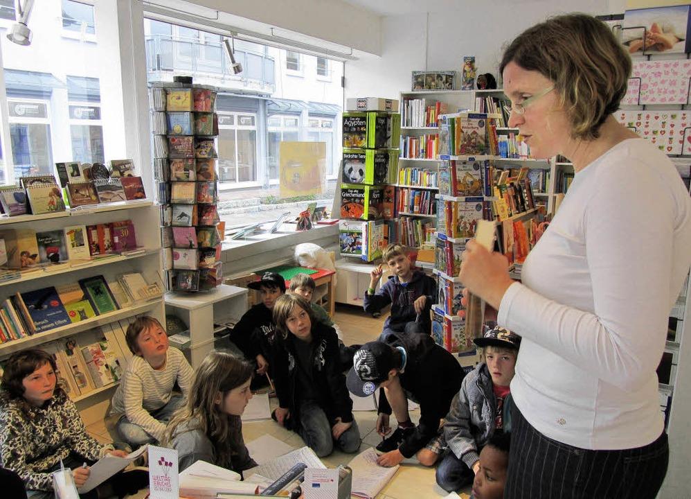 Buchhändlerin Anke Glische und Kindern...an-Heinrich-Zeller-Grundschule Karsau     Foto: privat