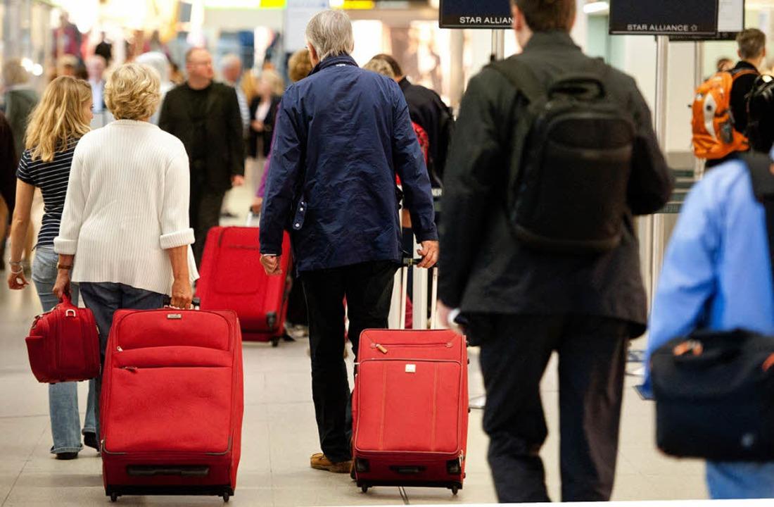 Rotes Koffereinerlei: Das erschwert di...stück. Besser sind auffällige Koffer.     Foto: dpa