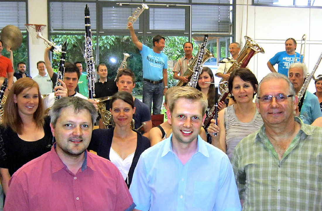 Dennis Laile (Mitte) mit den Musikvere...sowie einem hochmotivierten Orchester.  | Foto: A. Freyer