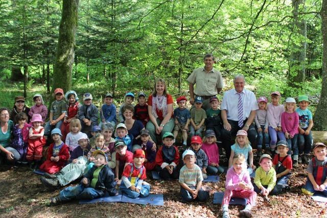 Hoher Besuch für die Kinder im Wald