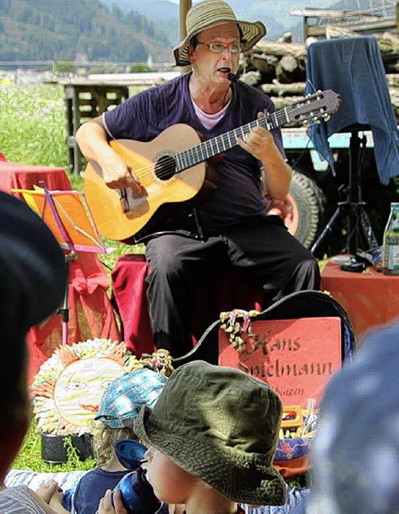 Liedermacher Hans Fuchs trat im Hof Zahrte auf.   | Foto: Hege