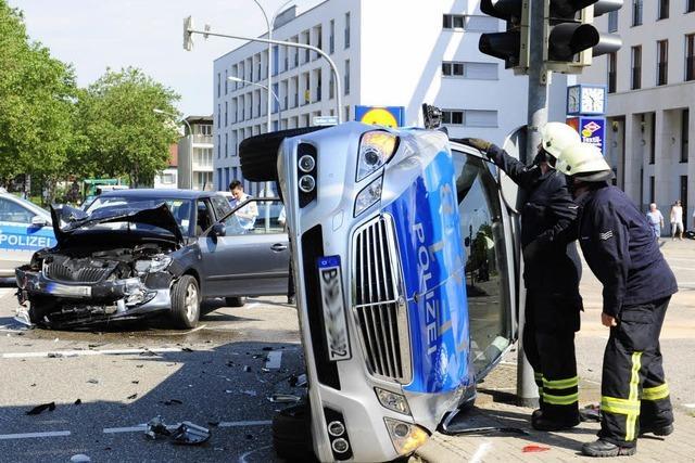 Auto rammt Polizeiwagen bei Blaulichtfahrt – drei Verletzte