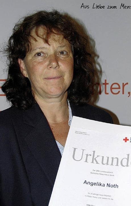 Angelika Noth wurde für 25 Dienstjahre...ersammlung in Kiechlinsbergen geehrt.     Foto: Roland Vitt