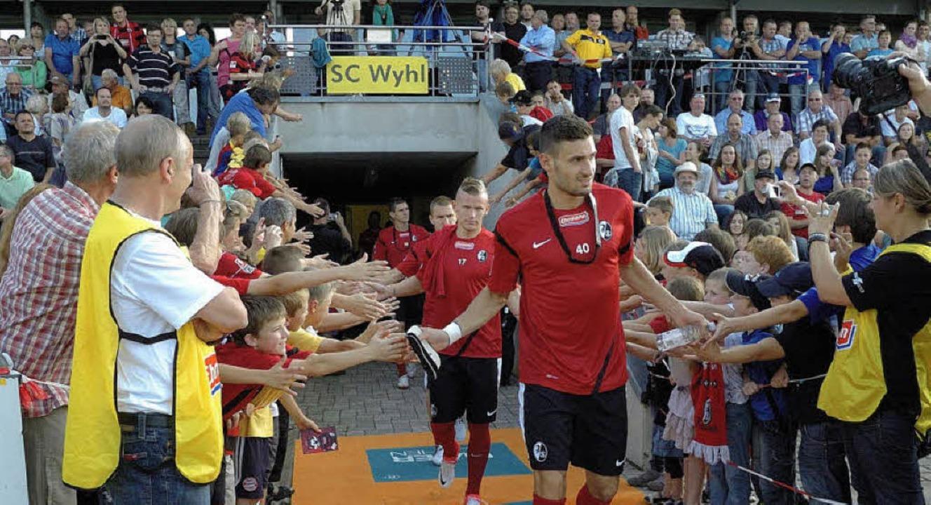 Mit viel Beifall begrüßt wurden die Spieler des SC Freiburg im Wyhler Stadion.   | Foto: Jürgen Schweizer