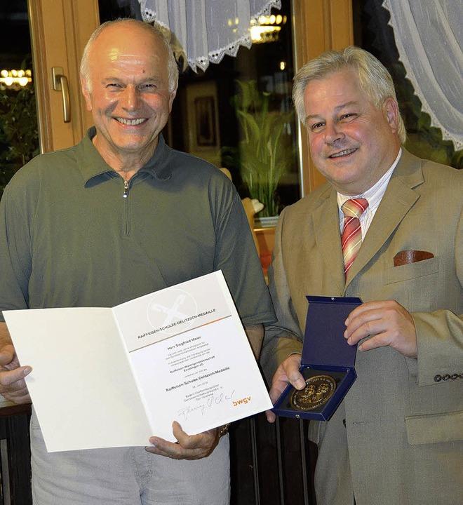 Hohe Ehre für Siegfried Maier: Dietric...t der Schulze-Delitzsch-Medaille aus.   | Foto: Juliane Kühnemund