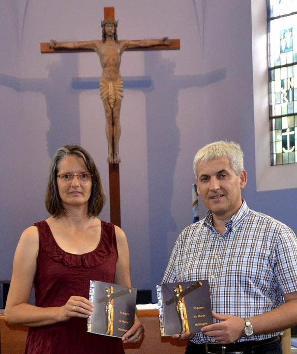 Susanne Mayer und Pfarrer Stephan Sailer mit der Festschrift    Foto: Steineck