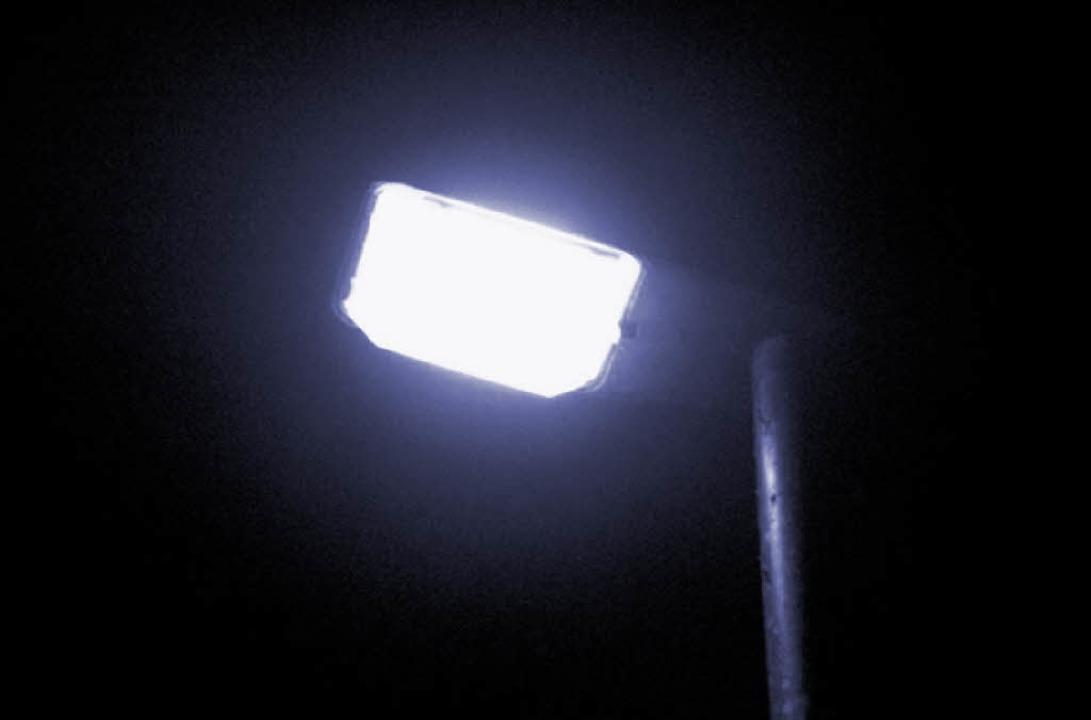 Energiesparende LED-Leuchten, die auf ...s zum Schützenhaus installiert werden.    Foto: Mutz