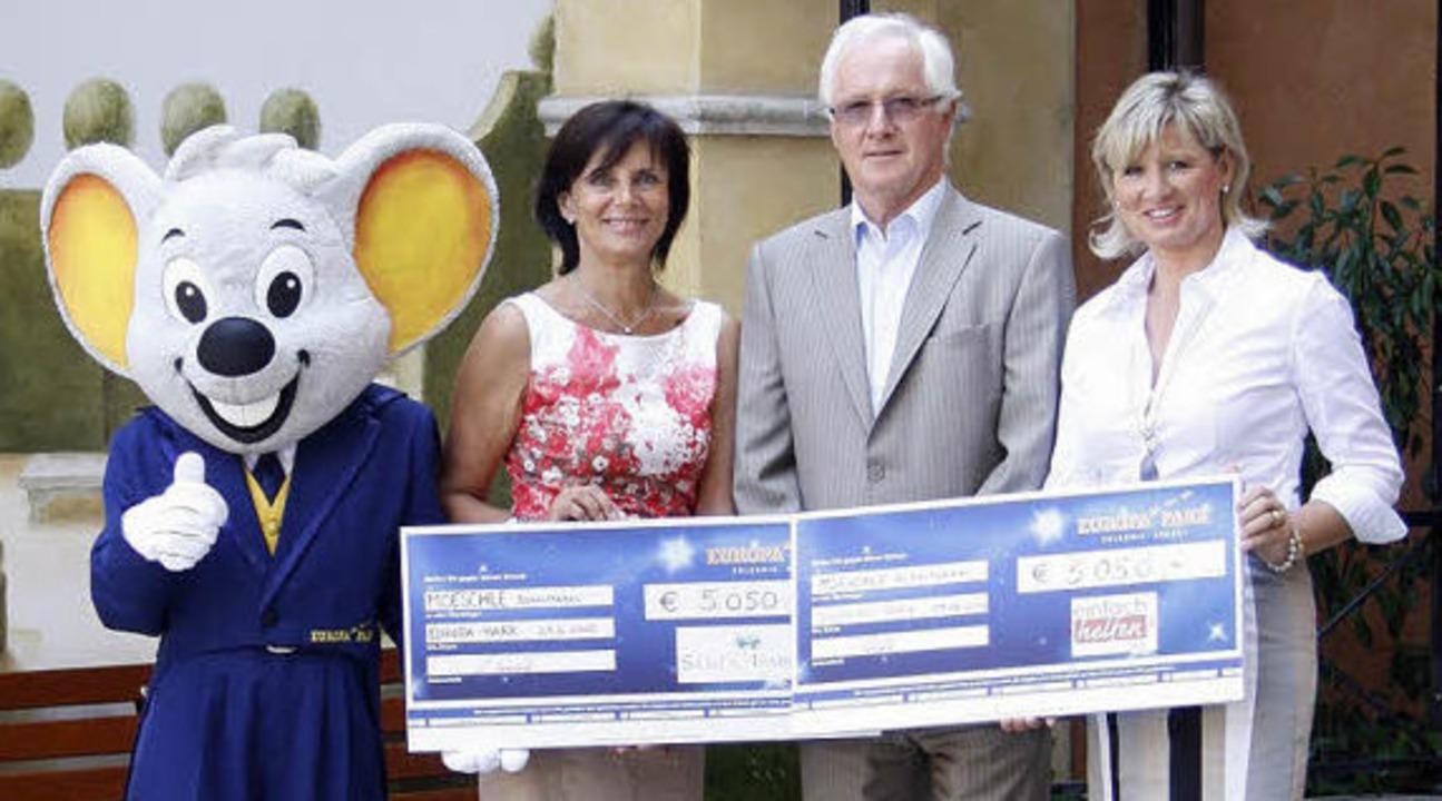 Spenden für ihre Fördervereine durften...ack von Ernst Möschle entgegen nehmen.  | Foto: Europa-Park