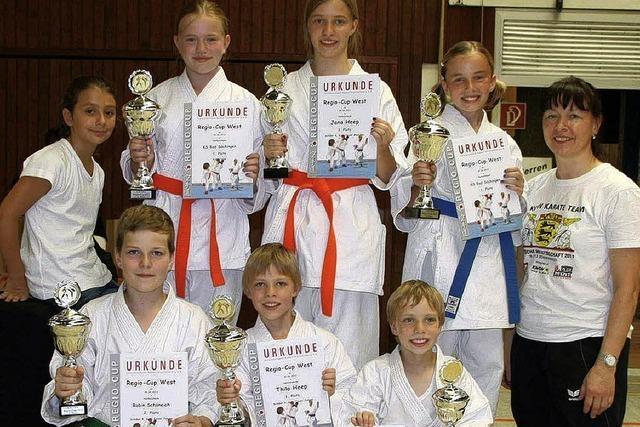 Stattliche Pokale für den Karatenachwuchs