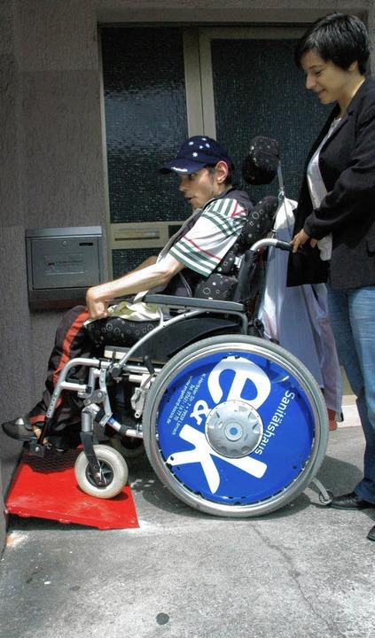 Knallrot ist die Rampe, die ihren Test...rra schiebt hier den Rollstuhl hinauf.    Foto: Martina Proprenter