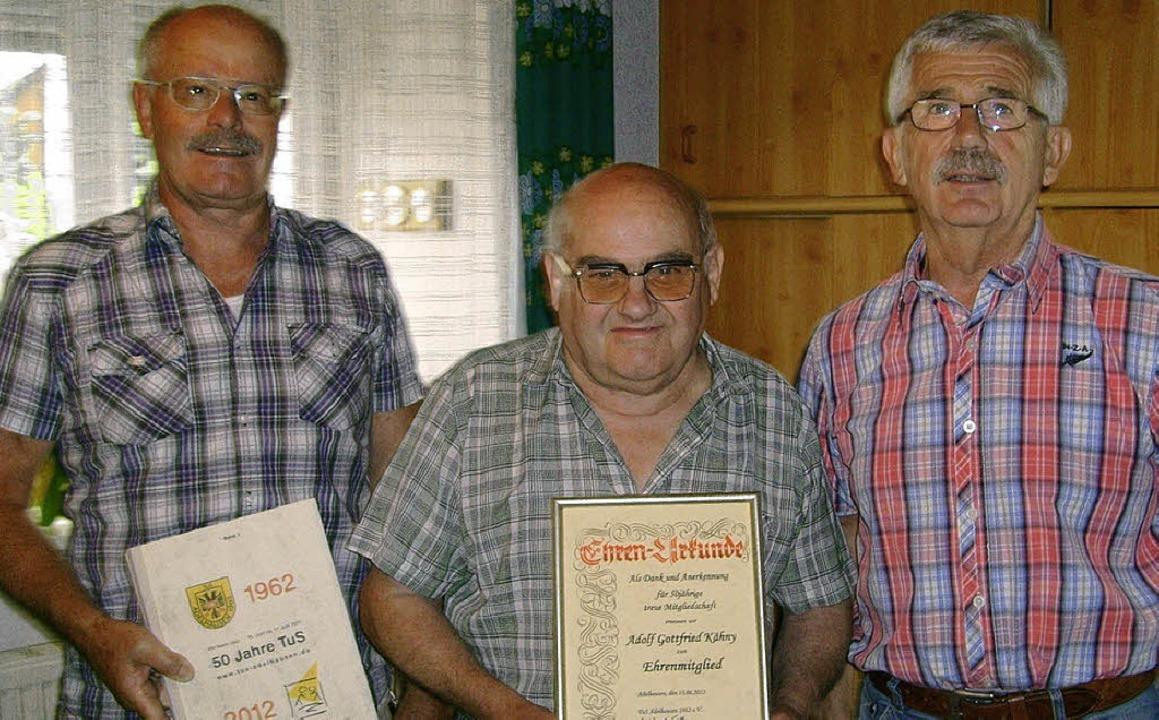 Adolf Kähny (Mitte) überreichte Gerhar... Jahre Mitgliedschaft ausgezeichnet.    | Foto: Chris Rütschlin