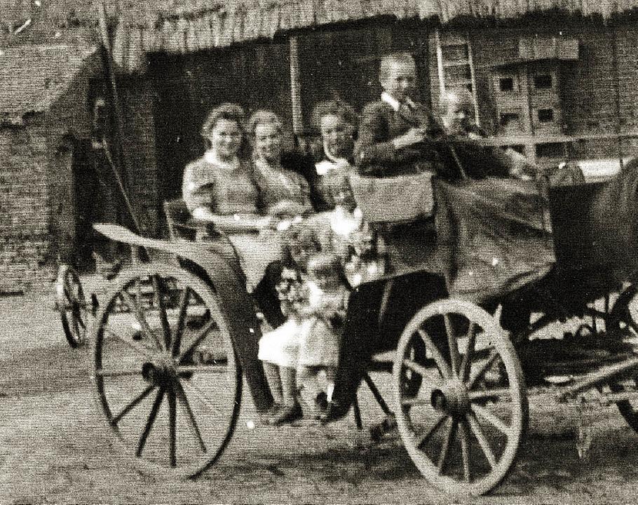 Eine wahre Familienkutsche: aus dem Fotoalbum Martha Schmidts  | Foto: privat