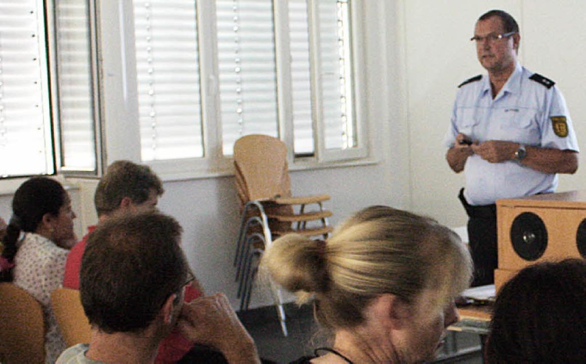 Welche Gefahren lauern im Netz? Polize... Bernhard Gresslin informierte Eltern.  | Foto: Hannah Klusmann