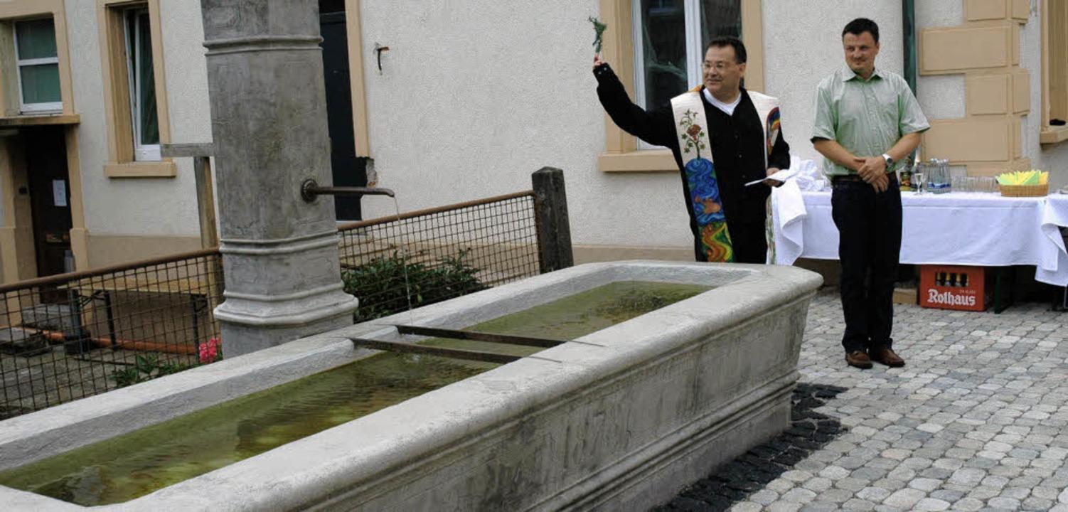 Wieder eine Augenweide ist der Brunnen...drian Schmidle (von links) besiegelt.     Foto: Brigitte Chymo