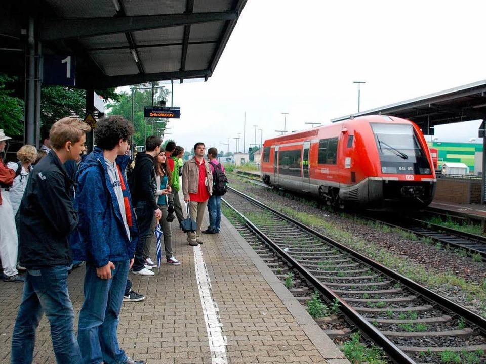Fahrgäste warten in Rheinfelden auf ihre Züge.  | Foto: Ralf Staub