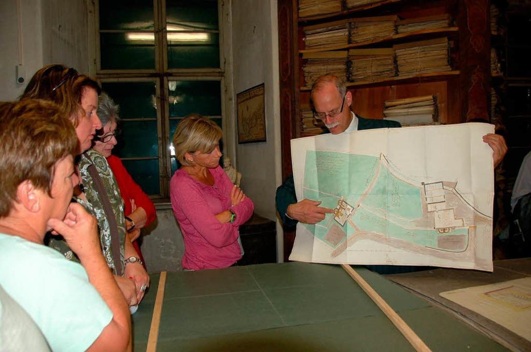 Andreas Wilts zeigt  einen Plan der Stühlinger Mühle.  | Foto: Binner-Schwarz