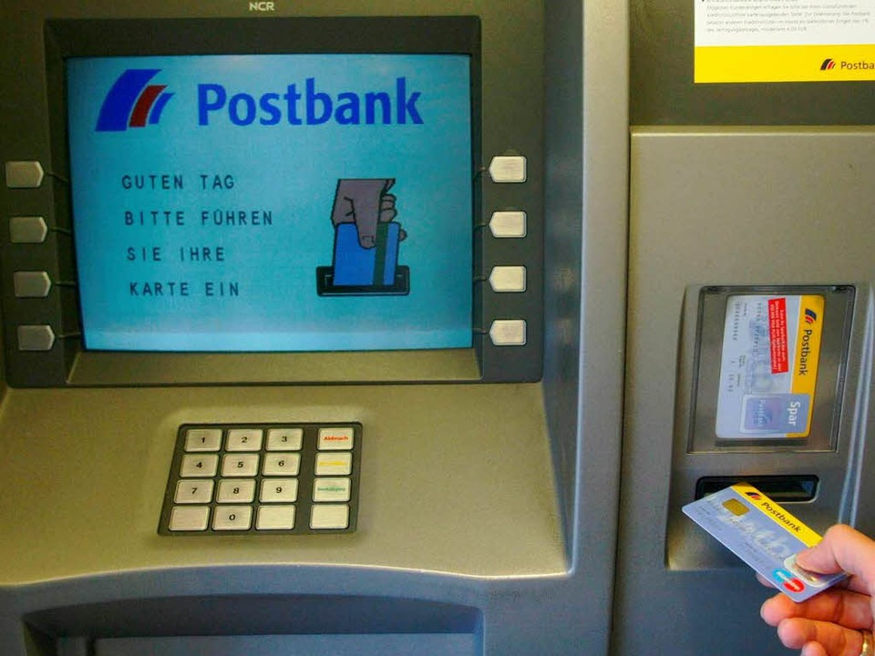 Bundesweit funktionieren derzeit die Geldautomaten der Postbank nicht.  | Foto: Marcus Brandt