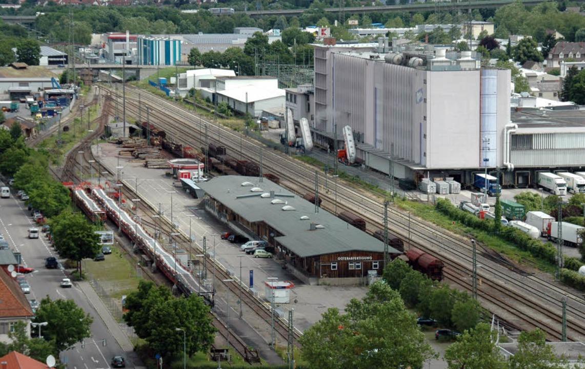 Der Güterbahnhof Lörrach mit dem Autoz...ts) hat einen eigenen Gleisanschluss.   | Foto: Nikolaus Trenz