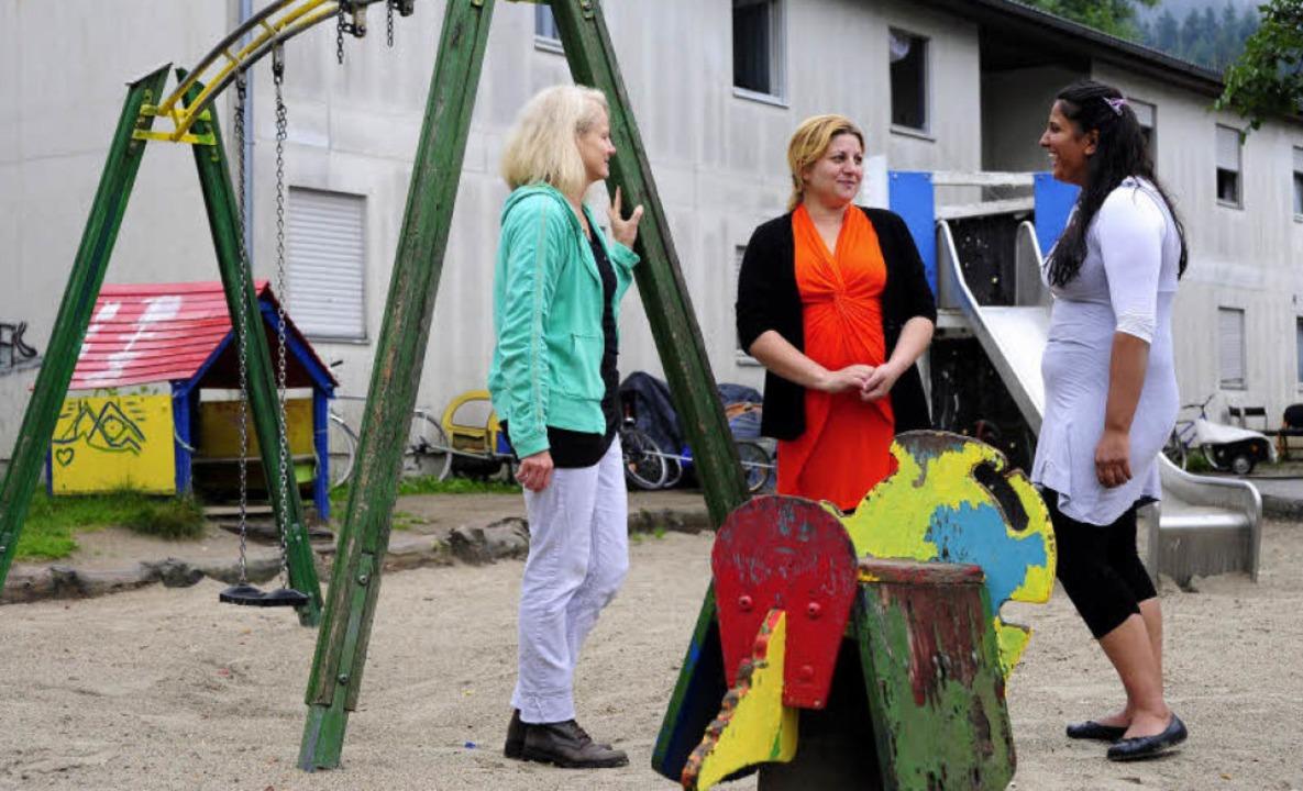 Sozialarbeiterin Ingrid Braun arbeitet...ini (von links)   untergebracht sind.     Foto: kunz