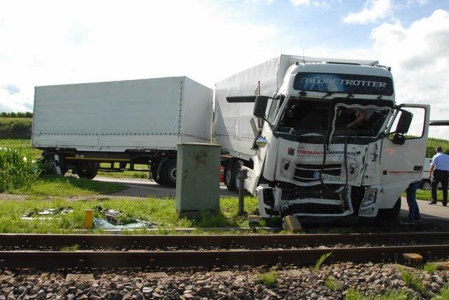 Jechtingen: Lastwagen prallt gegen S-Bahn