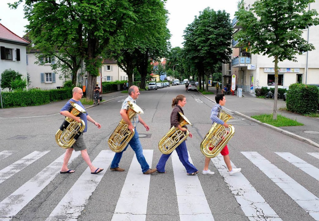 Vier Tubisten des Freiburger Blasorche...inger Straße in Haslach.  | Foto: Thomas Kunz