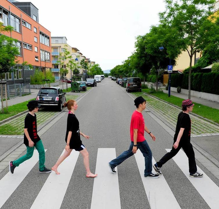 Die Schülerband Infrarot eilt über die...-Brandt-Allee im Stadtteil Rieselfeld.  | Foto: Ingo Schneider